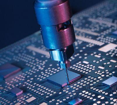 Le système de remplissage à température élevée de Henkel assure la protection des éléments électroniques dans l'aéronautique et l'automobile