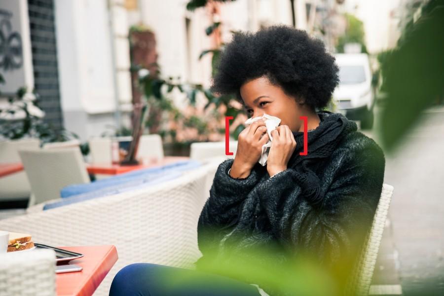 una mujer usa un pañuelo de papel de seda