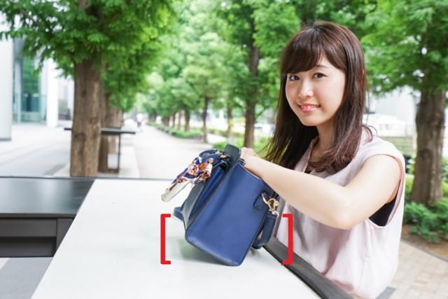 看着手提包的女士