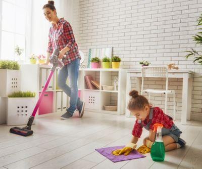 Hausarbeit mit Kids, Frau und Tochter putzen de Fussboden