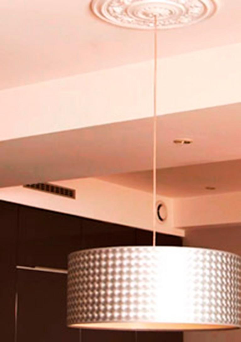 Coller une lampe sur un plafond en stuc