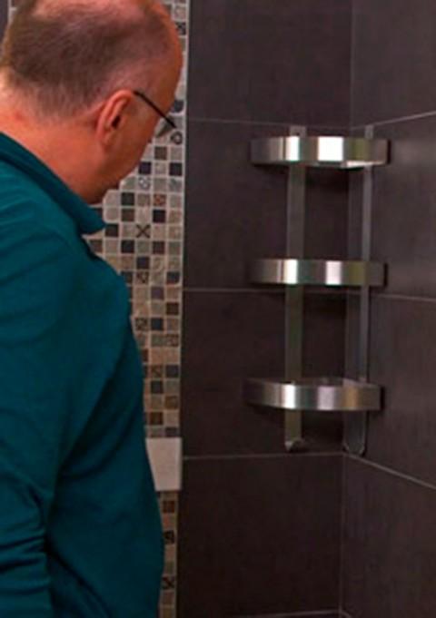 Fixer une étagère de douche