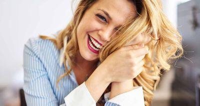 lachende Frau mit orangenen Haaren