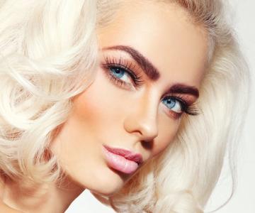 Model rocks platinum blonde hair color trend