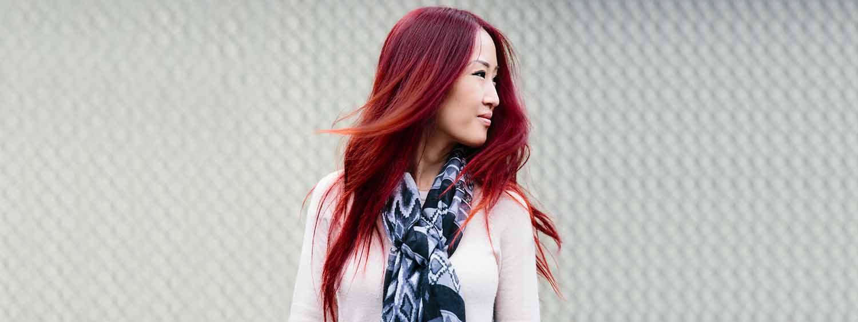Donna di profilo con capelli rossi
