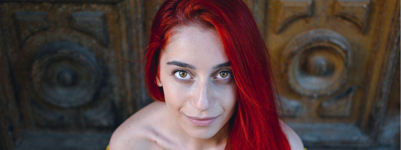 Femme aux cheveux rouges avec un haut jaune