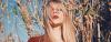 Blonde Frau mit glänzenden Haaren, rotem Lippenstift und roter Bluse