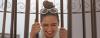Lächelnde brünette Frau mit einem hohen Dutt