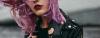 Junge Frau mit Haarkreide-Look