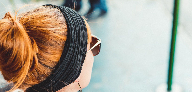 Donna in metropolitana con fascia per capelli
