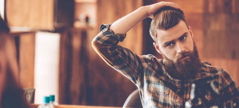 Ragazzo con undercut si specchia dal barbiere