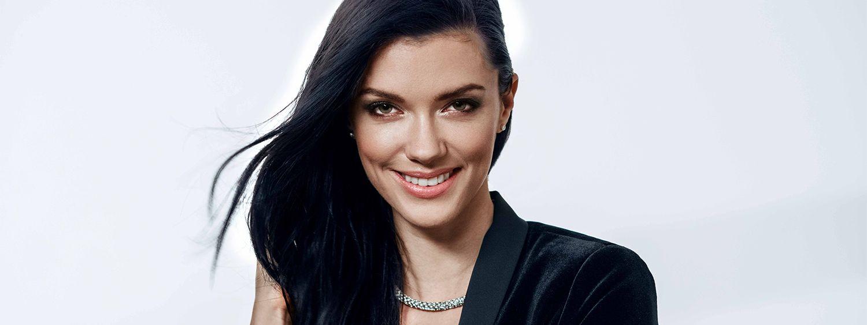 Donna con capelli lunghi, neri e curati