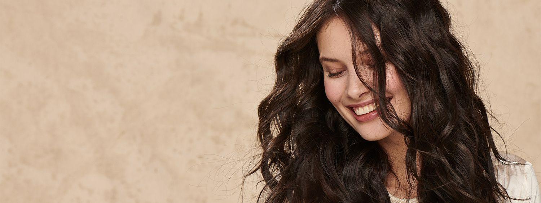 Frontansicht von einer jungen Frau, die lächelt