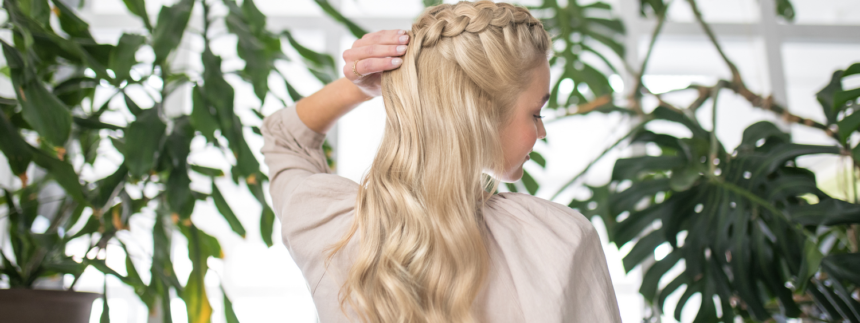 Žena duge plave kose okrenuta leđima