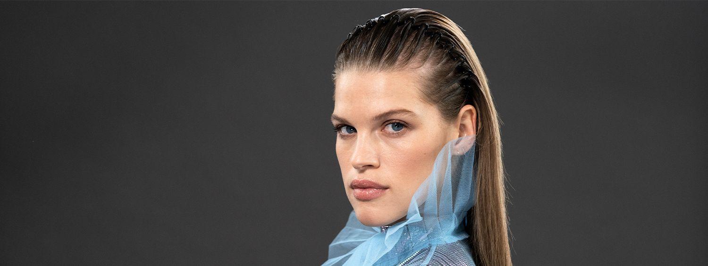 Model mit Zickzack-Haarreif