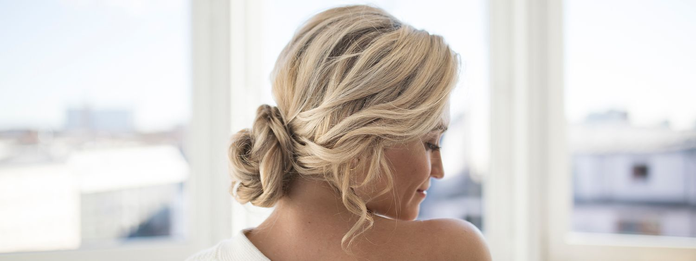 Blonde Frau mit eleganter Hochsteckfrisur