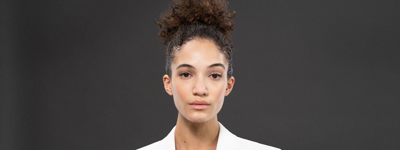 Junge Frau im Afro-Look mit Undone Bun