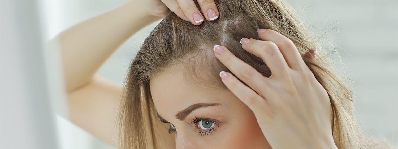 Donna che controlla la ricrescita dei capelli
