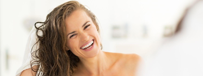 Donna con capelli bagnati che ride