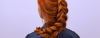 Rothaarige Frau von hinten fotografiert trägt einen Bauernzopf