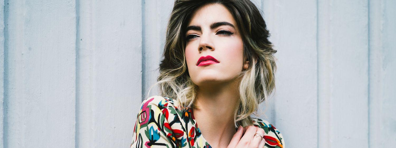 Femme avec un ombré hair et une blouse multicolore