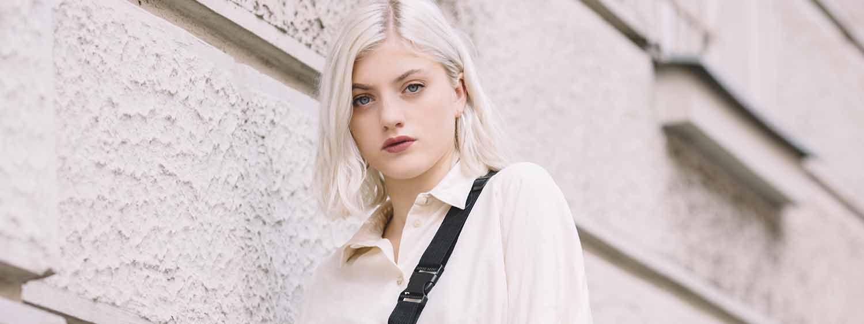 Giovane donna con caschetto bianco scalato