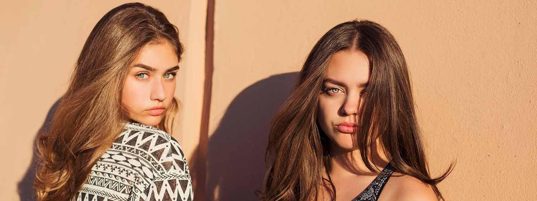 Due ragazze con capelli lunghi, vista frontale