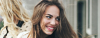 Braunhaarige Frau mit langen, statisch aufgeladenen Haaren