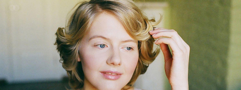 Donna con acconciatura alla Marilyn Monroe e occhi azzurri