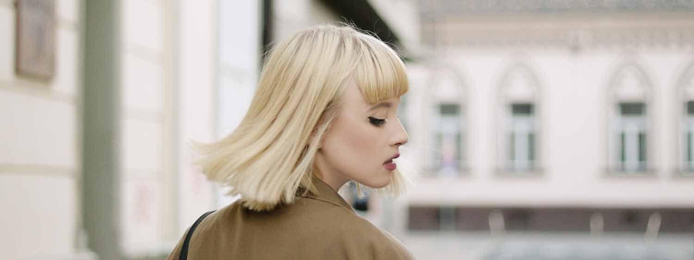 blondynka w grzywce i włosach do ramion