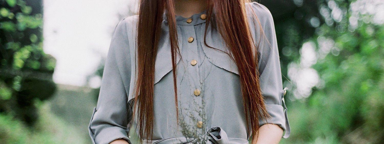 Brünette Frau mit passender Frisur für dünnes Haar