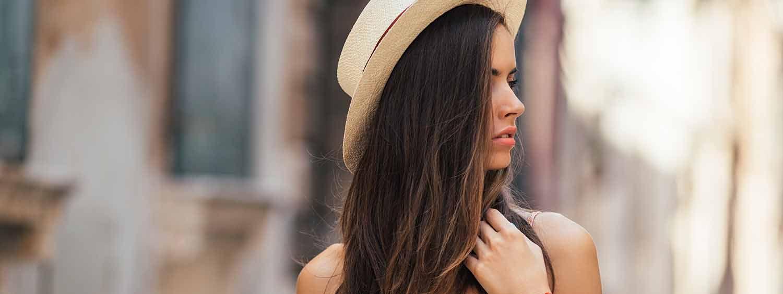 Donna di lato con cappello