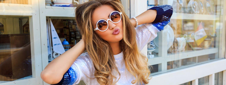Femme avec des lunettes de soleil en train de faire un bisous