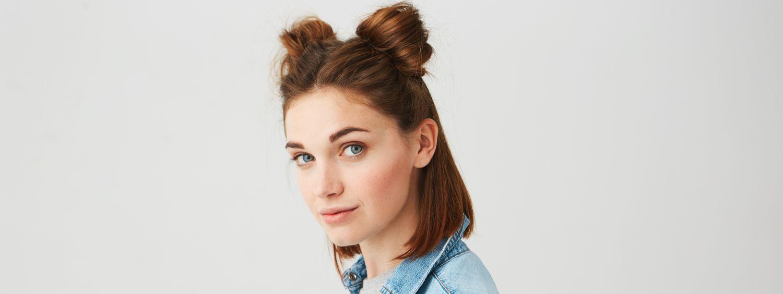 Jeune femme avec deux chignons buns sur la tête