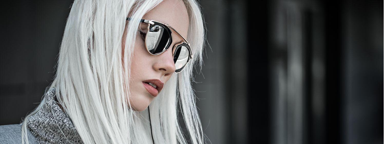 Profil de jeune femme aux cheveux gris clair avec lunettes de soleil