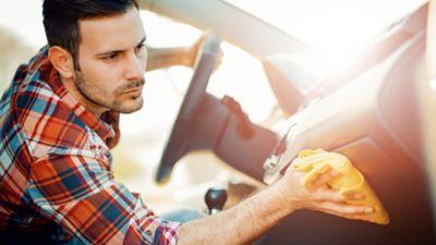 Autoinnenreinigung: So reinigst und pflegst du dein Auto innen
