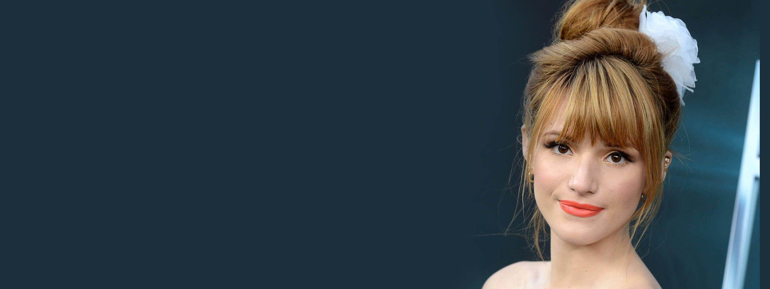 Bella Thorne avec une coiffure bal de promo