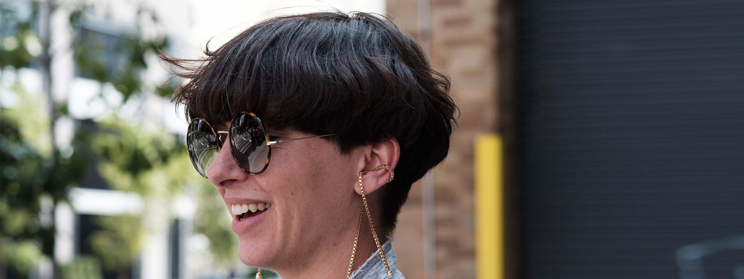 Frau mit schwarzer Kurzhaarfrisur