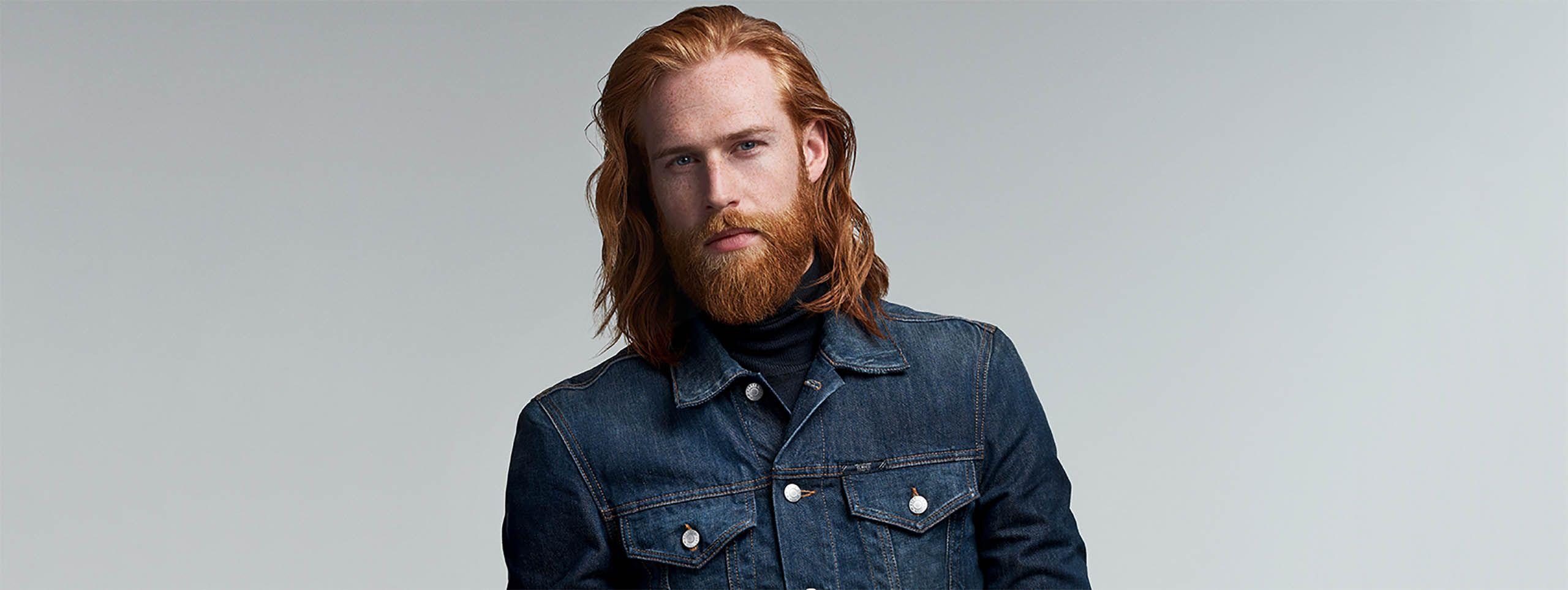 Mužský model s dlouhými vlasy.