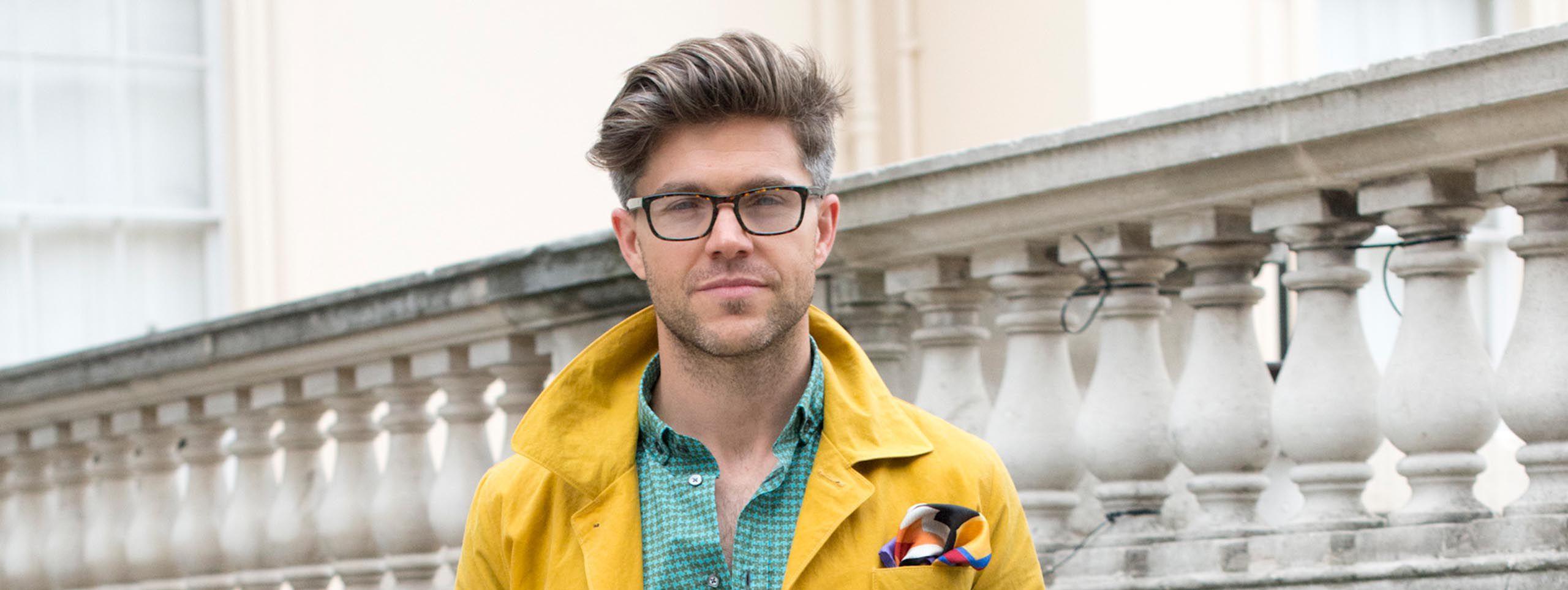 Muškarac s façon frizurom i naočalama