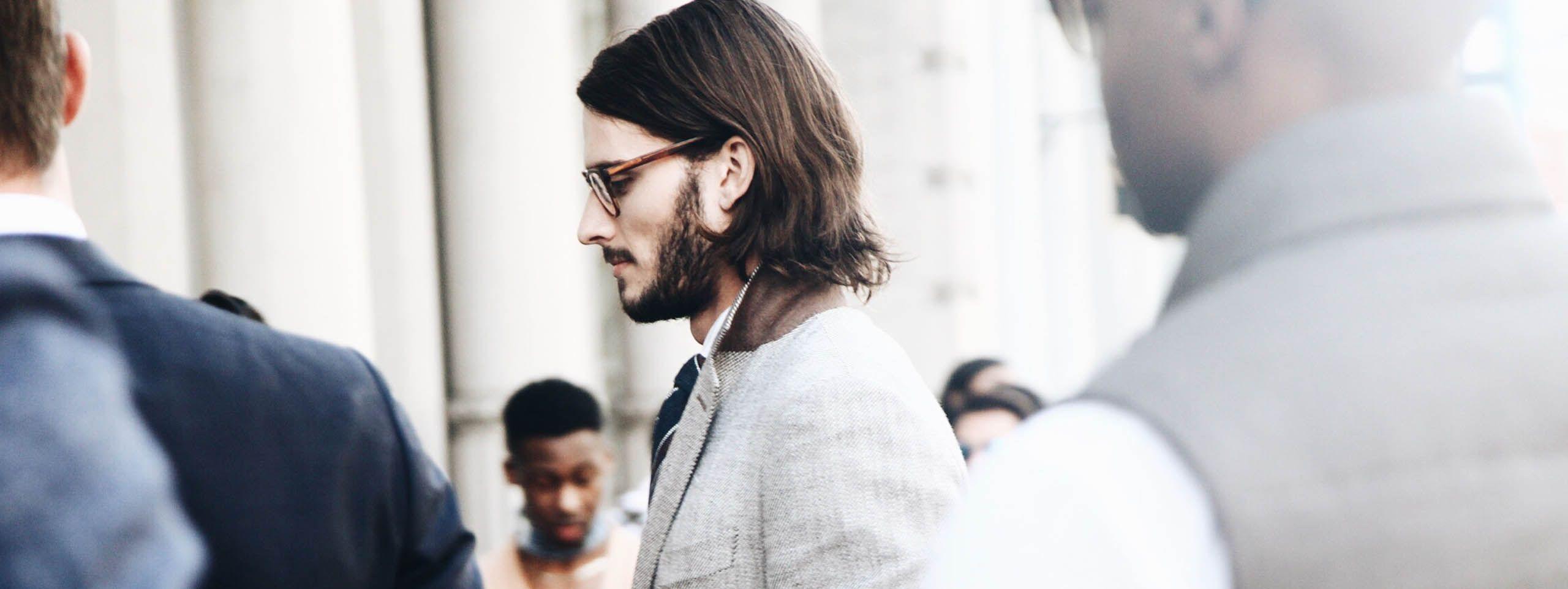 Mann mit Langhaarfrisur und Brille