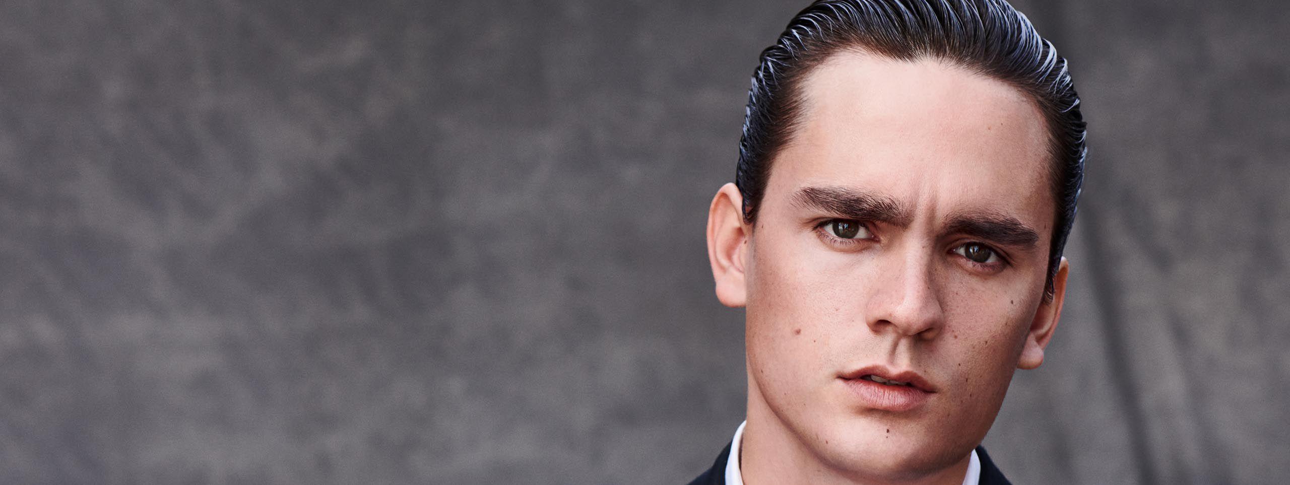 Mann mit Sleek Chic Frisur