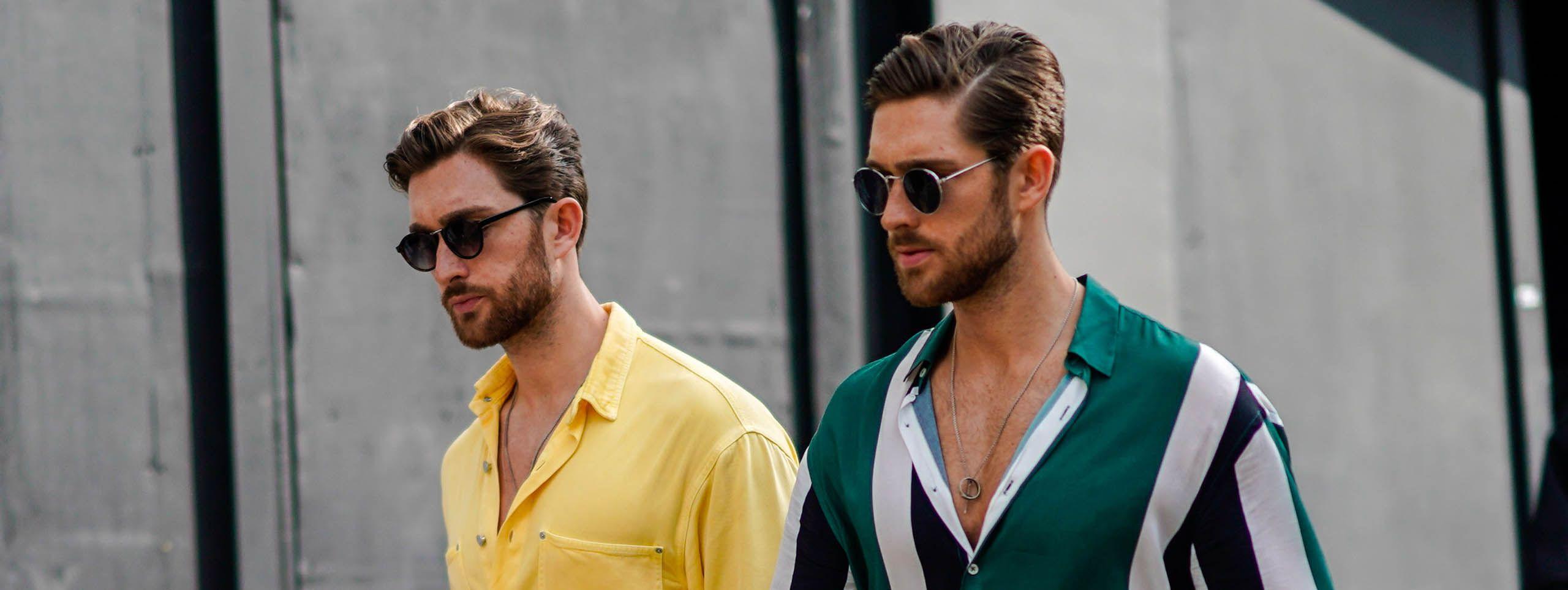 Dva muškarca s kokoticama