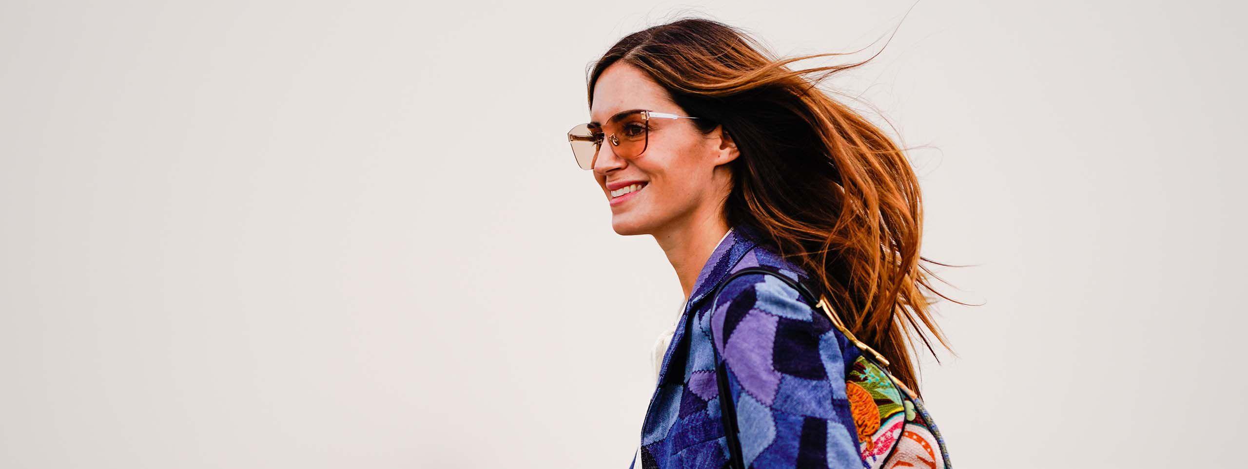 Žena s kaligrafski ošišanom kosom i sunčanim naočalama