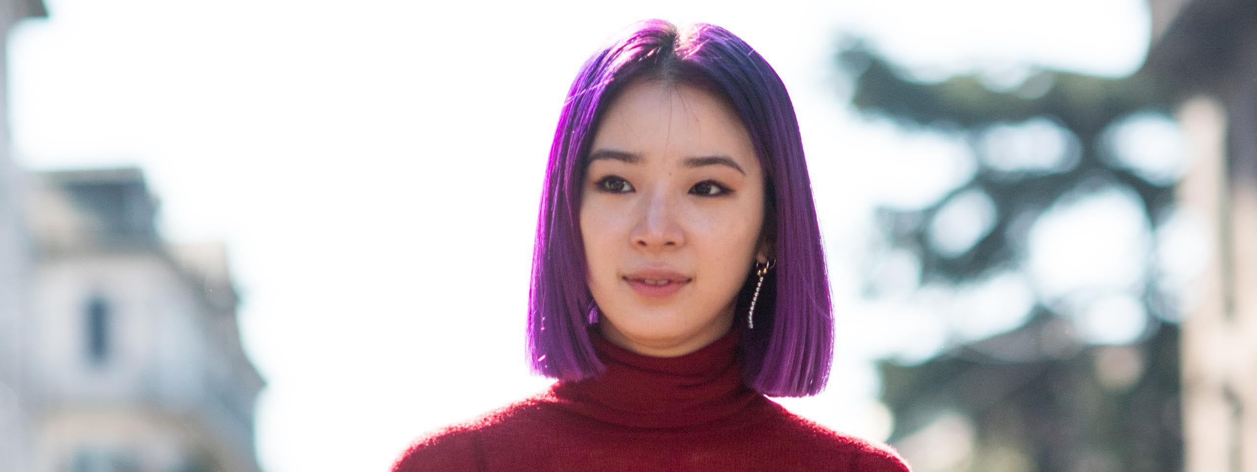 Žena sa ljubičastom bojom kose