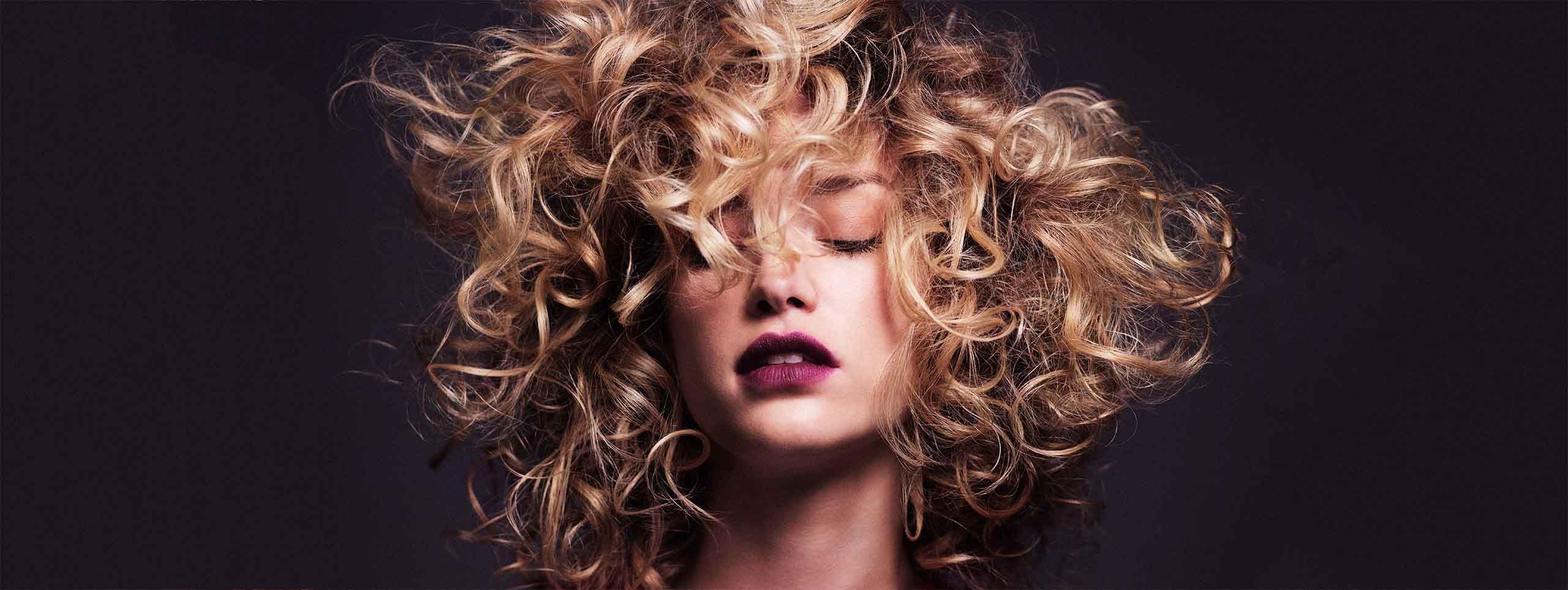 Ženska s trajno skodranimi lasmi