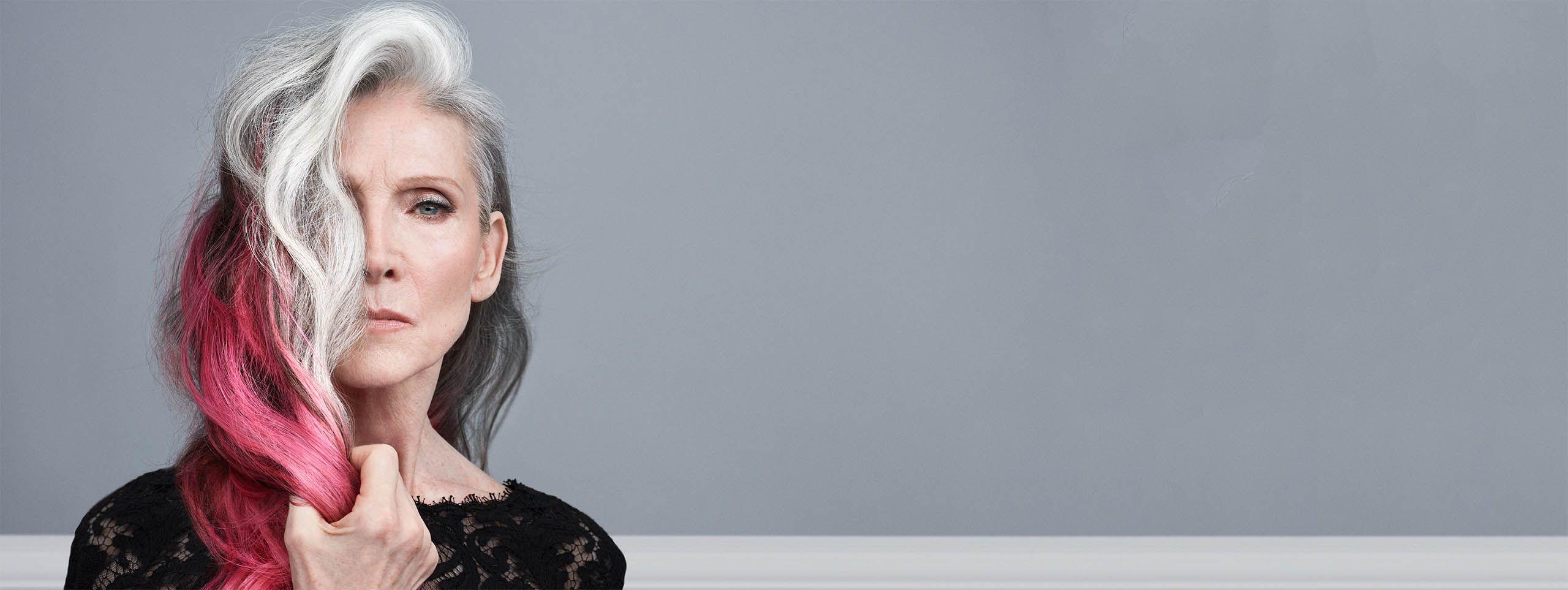 Žena s růžovými a šedými vlasy