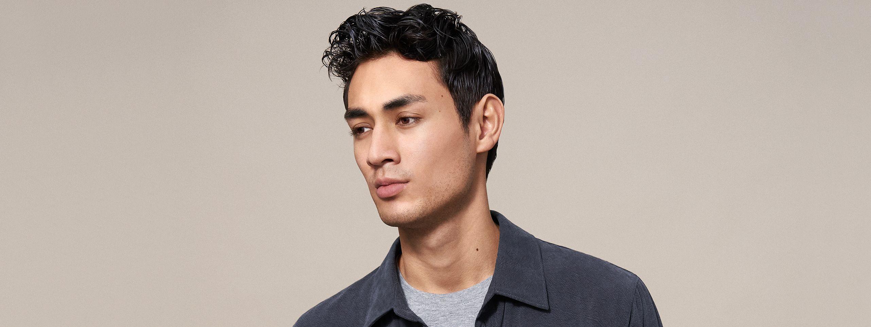 Mann mit Sidecut Frisur