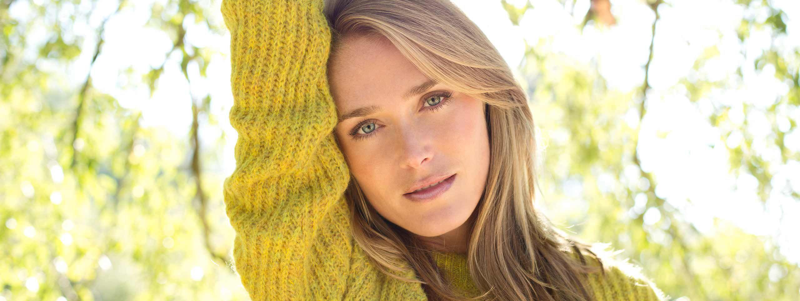 Žena sa žutim džemperom napolju