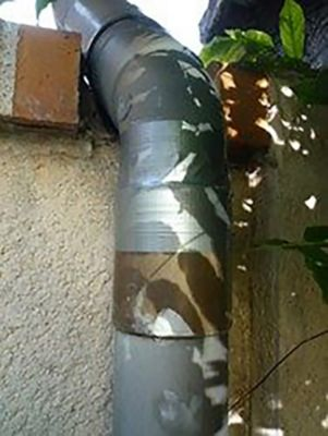 Восстановите герметичность водосточной трубы Супер Лентой Момент